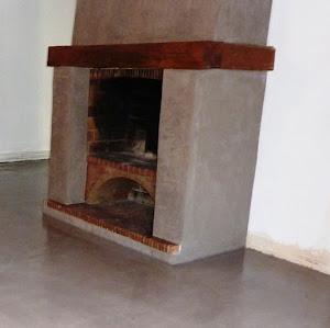 je recouvre moi même ma cheminée grace à l'application d'un béton ciré enduit décoratif pour relooker soi-même sa cheminée en béton ciré avec kit complet béton ciré produits de qualité pro
