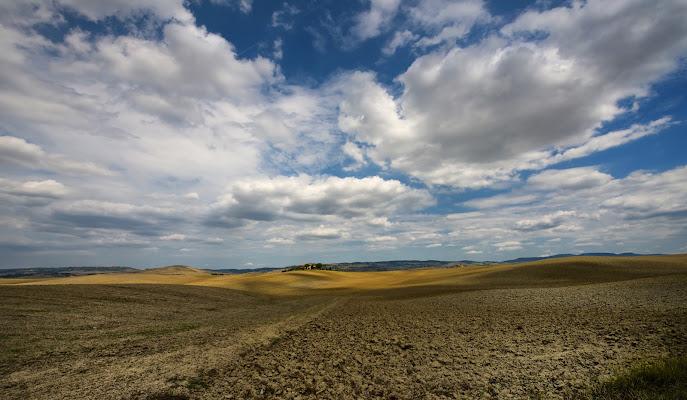 Nuvole su terra bruciata  di Enrico Balla