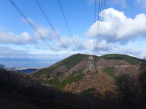 鉄塔から男鬼山(右)を望む(左に琵琶湖)