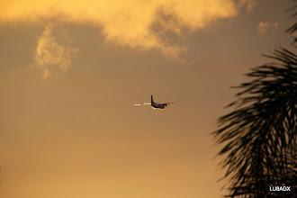 Photo: Un avion despega en el atardecer de Bonaire