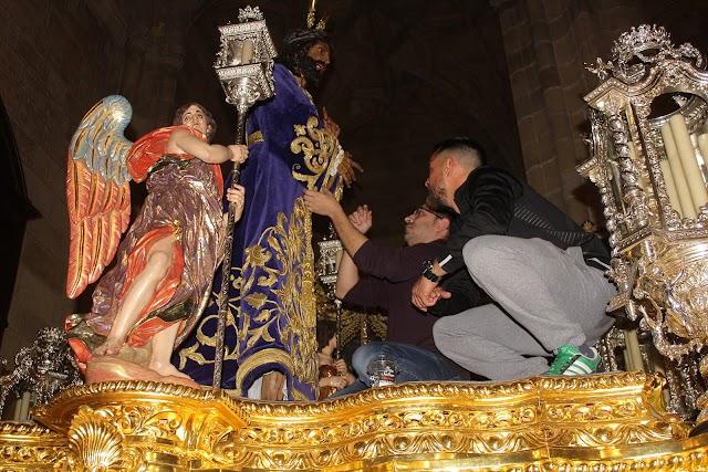 Javier Marín Lao vistiendo al Señor Cautivo de Medinaceli.