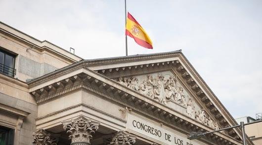 La bandera de España en el Congreso ondea a media asta tras los atentados de Bruselas.