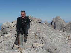 Photo: En la cima, detrás Torrecerredo y Cabrones