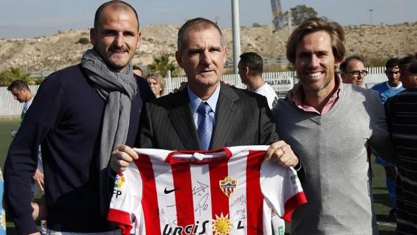 Soriano y Corona con Antonio Belmonte en el homenaje que se le hizo en Viator.