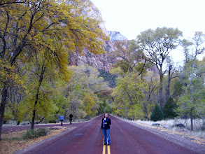 Photo: Bak, hala yolda duruyor !