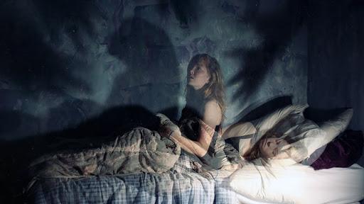 Mujer que sufre terrores nocturnos