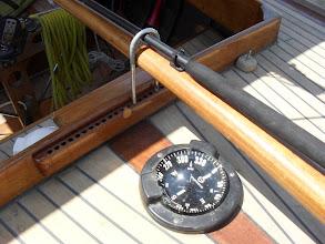 Photo: La   La barre est tenu au repos, compas Sunto The tillar is held in place, Sunto compass