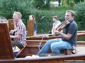 Photo: Die hangemachte Livemusik (Sänger, Gitarre, Geige und Chello) ...