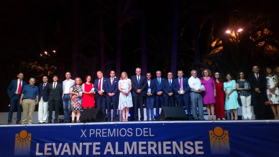Premiados y autoridades posan tras la gala.