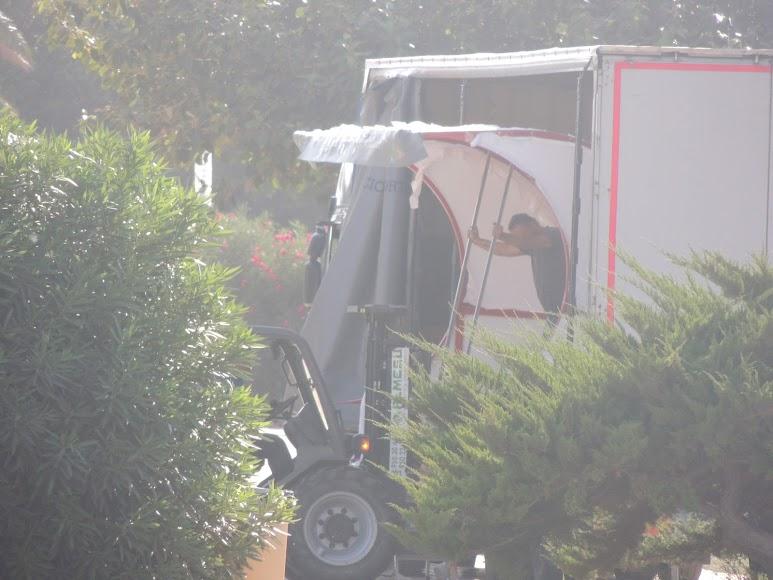 Dos camiones trajeron los banquillos al Mediterráneo.
