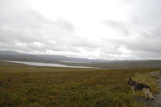 Kuva: Kylä alkaa jäädä taka-alalle ja matka kohti Saarijärven tupaa jatkuu polkua pitkin