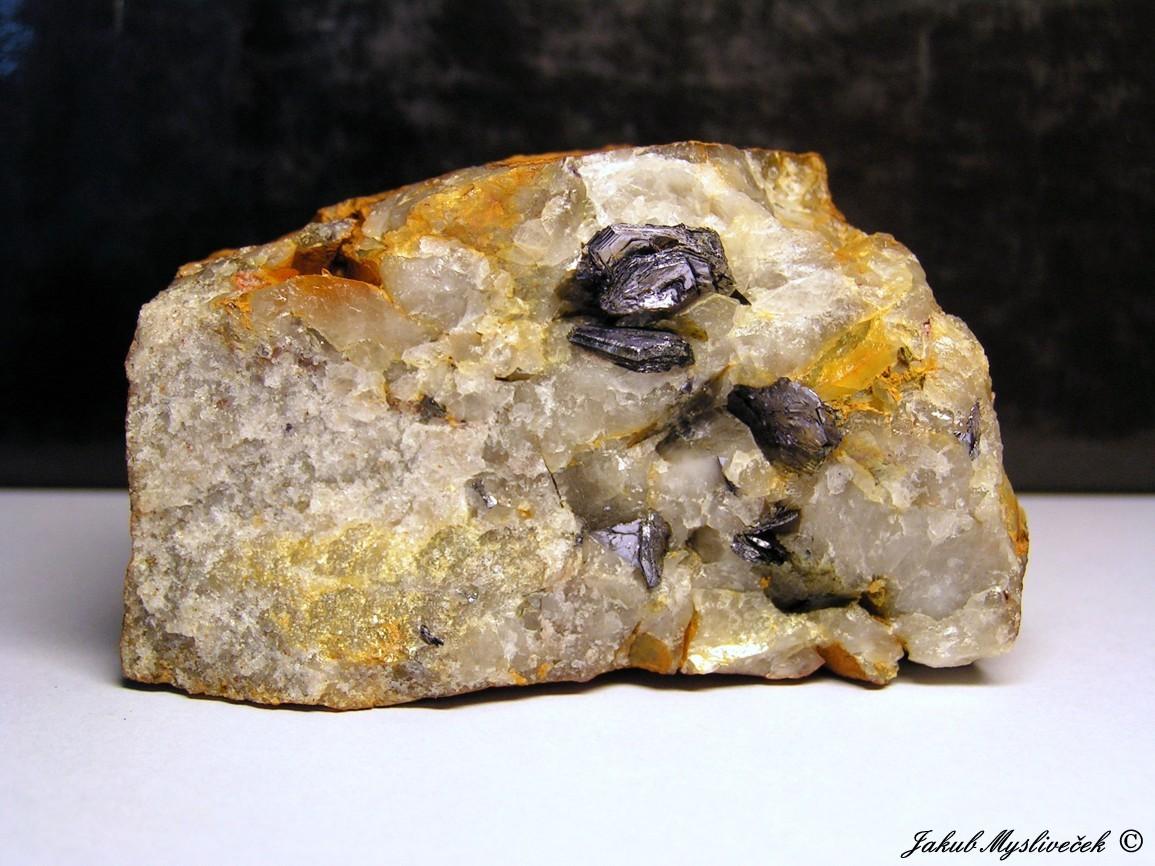 Photo: Hezký vzorek šestibokých xx molybdenitu až 15 mm velkých v křemeni (Krupka - Prokopský peň). Velikost vzorku 79 mm. Nalezeno dne 3.4. 2016.