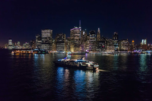 Ponant-New-York-Manhattan3.jpg - See the magnificent skyline of Manhattan at night on a Ponant cruise.