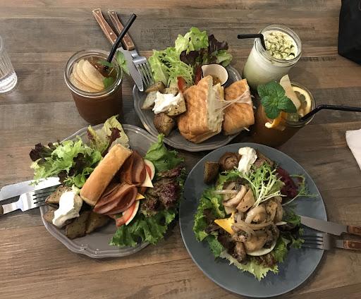 隱身在小巷中的美味,不限時的休閒時光, 讓好友們相聚時特別的開心~  而因為愉悅的心情,也讓餐點也吃起來特別美味😆