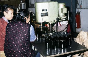 Photo: 04700 香港/調味料製造工場/ボトリング
