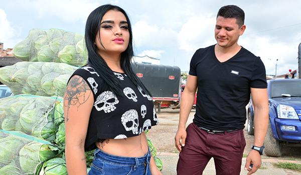 Porndoe – Colombiana hermosa Julia Cruz recogida y follada por dos pollas en trío MMF