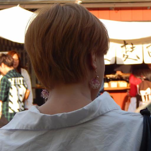 japonaise blonde boucle d'oreille
