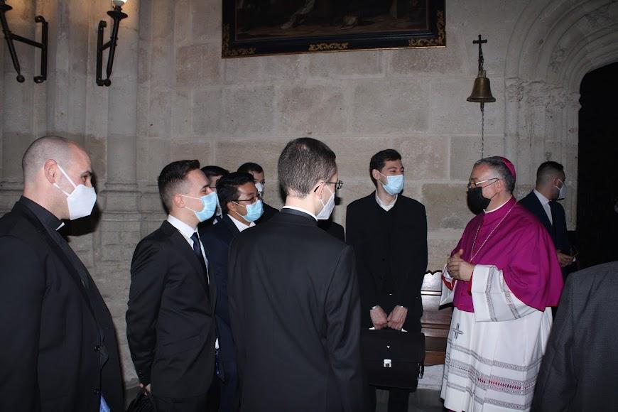 La curia almeriense felicitando al nuevo obispo.