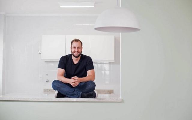 Gabriel Braga, cofundador do QuintoAndar, em um dos imóveis reformados: 'Vamos sujar a mão pelos clientes'