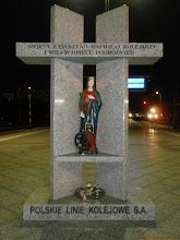 """Photo: Figurka św. Katarzyny (w tle EP/EU07-?, TLK """"Sielawa"""" Olsztyn Główny - Wrocław Główny) {Wrocław Główny; 2013-05-16}"""
