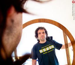 Photo: Autoretrat amb lloro-cam. Ferran Cerdans Serra, escriptor autor-editor a www.llibres-artesans.com