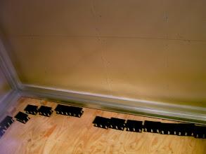 Photo: 防音室のフレームが完成するとその下にバイブレーションマウントという部品を敷いていく。この部品は振動による音の伝わりを断つ働きをする。http://www.pianoya.net/pianoya_406.htm