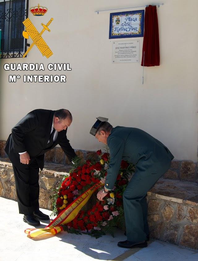 Blas Martínez y el Comandante José García Maldonado con la corona de flores.