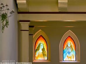 Photo: Glasmalerei (Maria und Jesus) in der Dorfkirche Fürstenhagen  Liesbeth Walter, geboren in Fürstenhagen bei Feldberg  1890, Tochter von    Martha   Lehmkuhl, geboren im Jahre 1864, Frau des Bäckers Walter in Penzlin. (Notizen: Bei der   Volkszählung i. Jahre 1900 ist ihre Mutter  bereits Witwe)