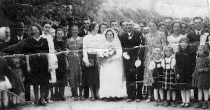 Photo: Bödők Mária, Mészáros Kálmán, Alsó utca, 1941  Domonkosné Szabó Vilma,id.Kustyán József, Domonkos Etel, Barthalos Margit, Szűcs Lenke, Domonkos Terus(Véghné), -, Décsi Eszti, Nagy Ferkó, Décsi Etus (Vajdáné), Nagy Juszti, Nagy Karcsi, , B.M és M.K., Komjáthy Fáni, Barthalos Jolán, Bödők Vilmos, Décsi Hánika, Kollár Gizi, Barthalos Károly, Papp Hermina (Révészné), Vida Ilus, Bödők Géza, Kustyán Józsi és a kisleányok: Domonkos Irénke, Etuka, Balázs Vilma, Juszti, Kustyán Etus, Décsi Ilonka (Mezőné)