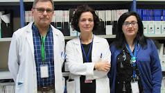 Los profesionales Joaquín Salas, Pilar Luzón e Irene Villegas en el Hospital.