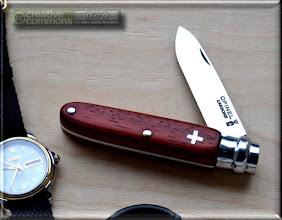 Photo: Opinel custom n°091 Padouk. http://opinel-passions-bois.blogspot.fr/ Personnalisations en marquèterie de bois précieux, cornes, résines et aluminium du couteau pliant de poche de la célèbre marque Savoyarde Opinel.