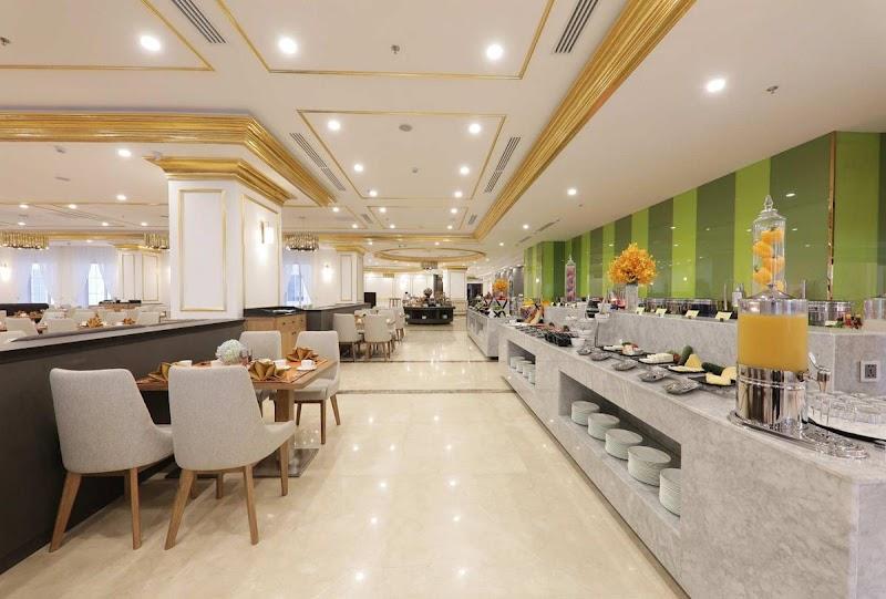 Nhà hàng Horizon phục vụ buffet sáng, trà chiều, các món ăn tối.