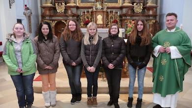Photo: von links: Tabea Czegledi, Jessica Labak, Nadja Wagner, Verena Kurz, Birgit Stipics, Denise Tichy, Pfarrer Josip Tolic