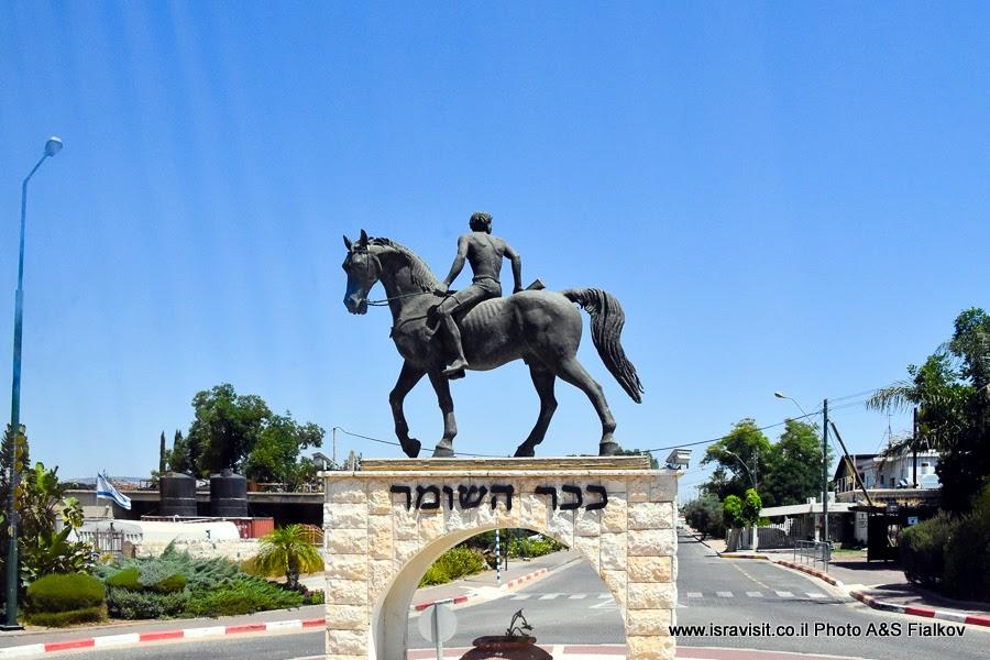 Скульптура Страж организации Ха-Шомер в деревне Кфар-Тавор. Экскурсия по Галилее, Израиль.