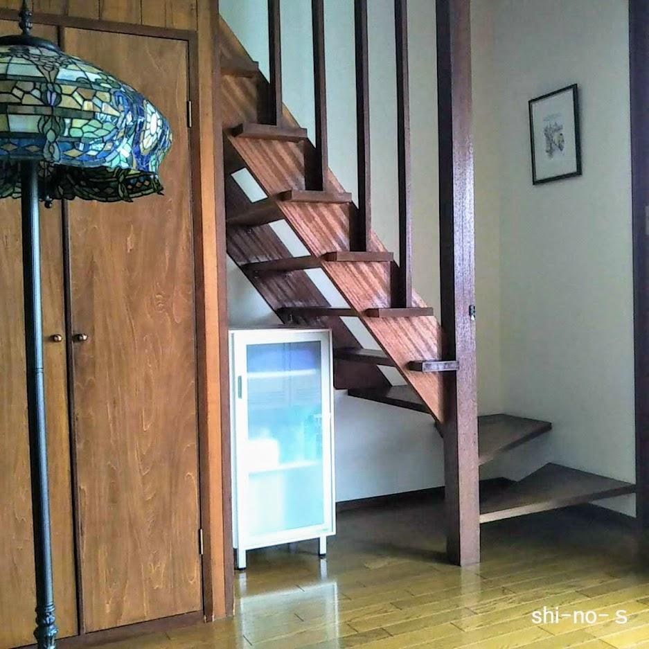 玄関ホールの横に階段がある