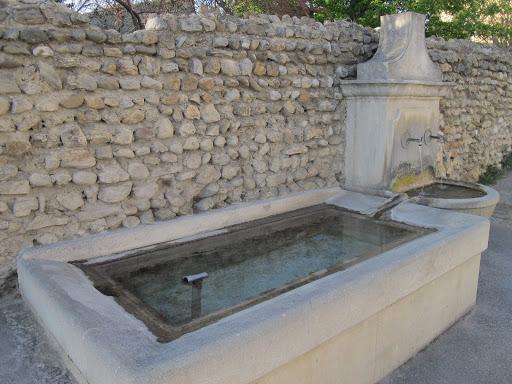 Fontaine des poulains dans le village provençale de Visan dans l'Enclave des Papes