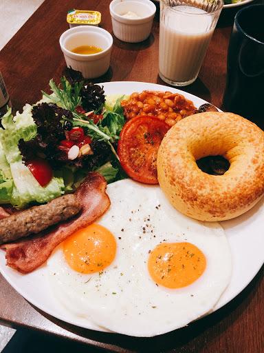 英式早餐氣勢磅礴,整盤完食絕對滿足!太陽蛋比很多早午餐名店煎的都漂亮,沙拉雖是配菜但用料豐富(杏仁片、蔓越莓乾、番茄丁⋯)炒蘑菇跟煮豆子調味很棒。早午餐附兩杯飲料就甘心(許多早午餐名店已默默取消這種福