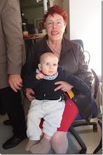 Photo: Künstlergespräch MAX EMANUEL CENCIC mit Dr. Renate Wagner am 19.4. 2015 in der Merker-Online-Galerie. Wieder mit dabei (bisher bei jeder Veranstaltung, Raffael Cupak mit seiner Oma Foto: Herta Haider