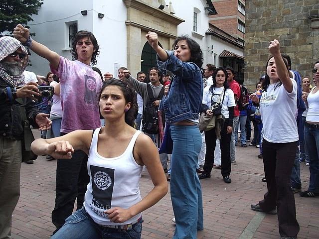 Foto: Estudiantes de la ASAB se vuleven estatuas miestras le cantan a las universidades publicas