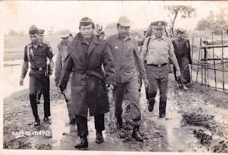 Photo: Panglima Kodam XIV Hasanuddin dan Kepala Wilayah Kecamatan Tamalate Kotamadya Dati II Ujung Pandang, H.B.Muh.Kasim, mengunjungi lokasi banjir di Tanggul Patompo, Tamalate, Makassar
