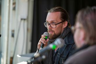 Photo: JP Ahonen tuumiskeli Kivi Larmola kysymystä Mbarin lavalla
