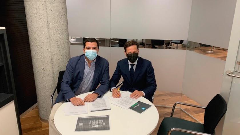 Francisco Manuel Martínez e Ignacio Salcedo durante la firma del convenio