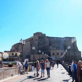 【世界の絶景】イタリア・サンタルチアの海に浮かぶ卵城から美しいナポリ湾を望む