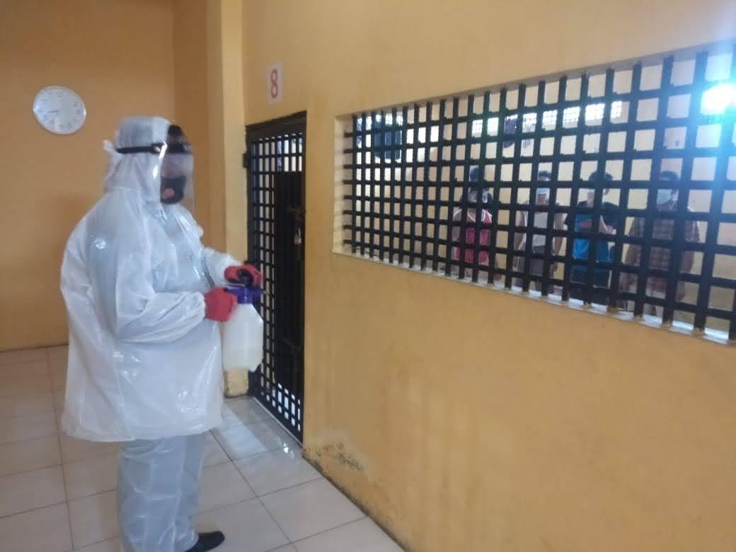 Stresilasi Ruang Tahanan Sat Tahti Polres Kobar Melakukan Penyemprotan Disinfektan