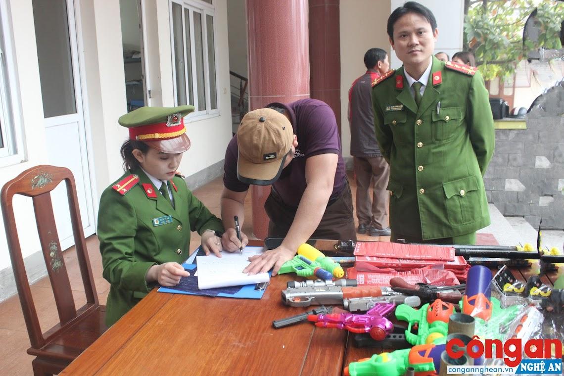 Công an TX Cửa Lò chú trọng vận động người dân tự nguyện giao nộp vũ khí tự chế, đồ chơi nguy hiểm bị cấm