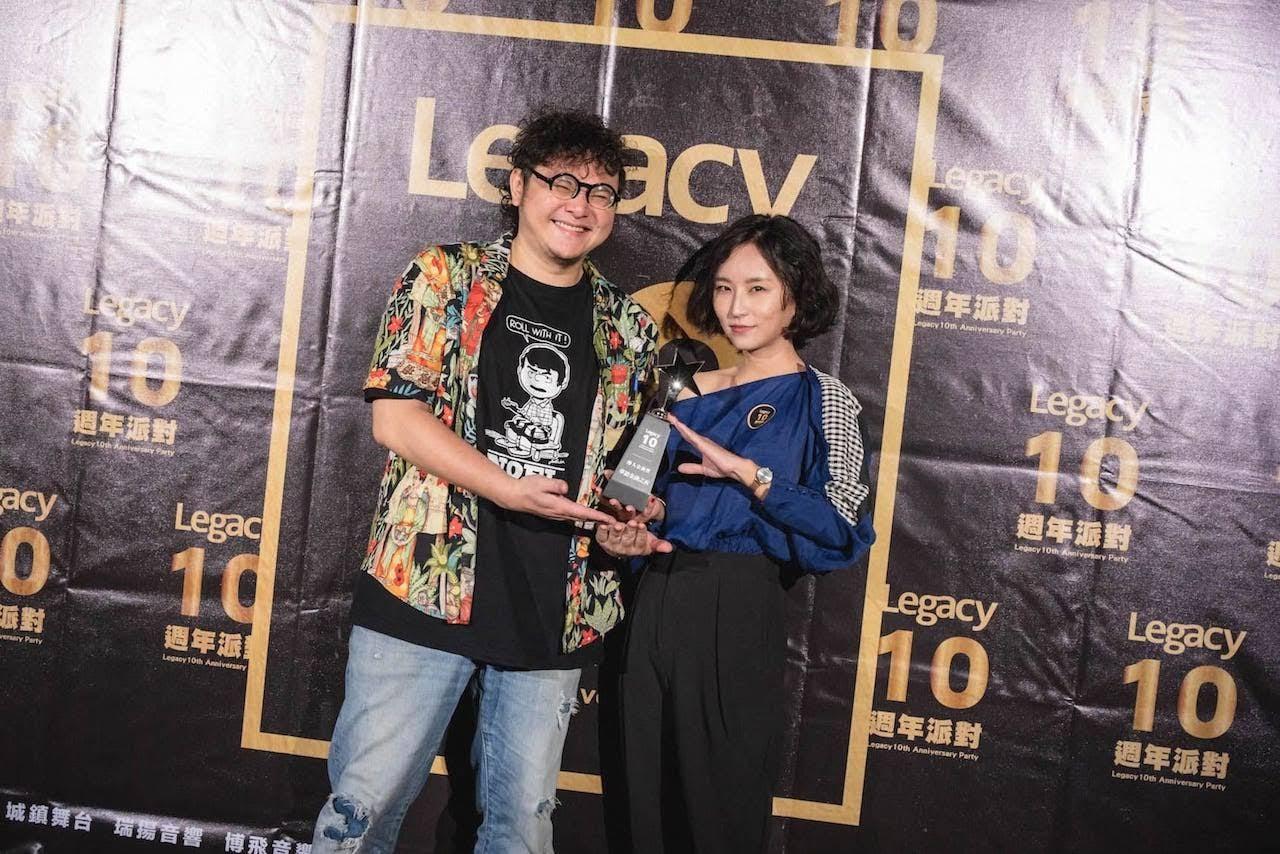 最ㄎ一ㄤ的『華語金曲之夜』獲頒「醉人金曲獎」,由曾擔認DJ的法蘭黛主唱法蘭與DJ林貓王代表領獎