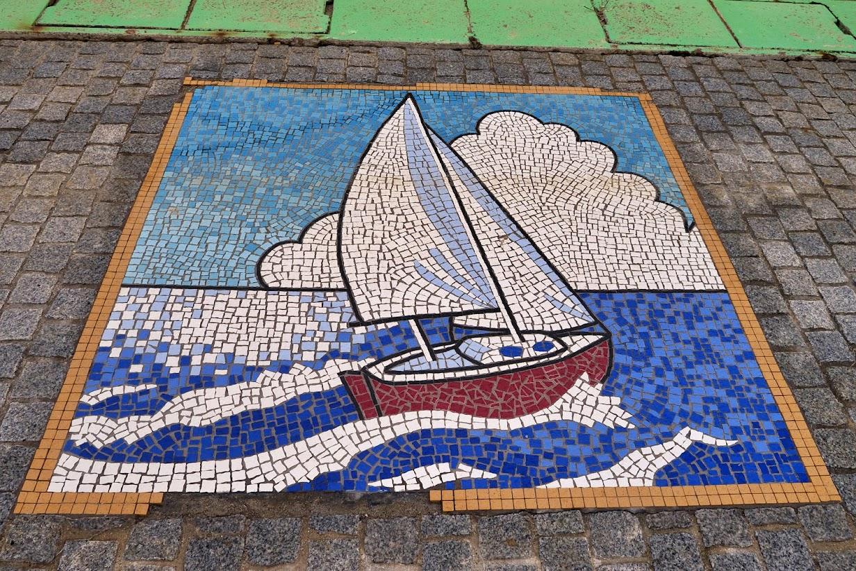 サンオーレそではまのタイルアート(海とヨットと入道雲)