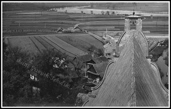 Photo: Widok z dachu kościoła Św. Trójcy (swoją drogą świetna kompozycja:). Widać budynek rzeźni, nie ma jeszcze obwodnicy miasta, Rudnej nie spina jeszcze betonowy most po którym pobiegnie właśnie ta droga, w dali za szachownicą pól płynie nasz San...