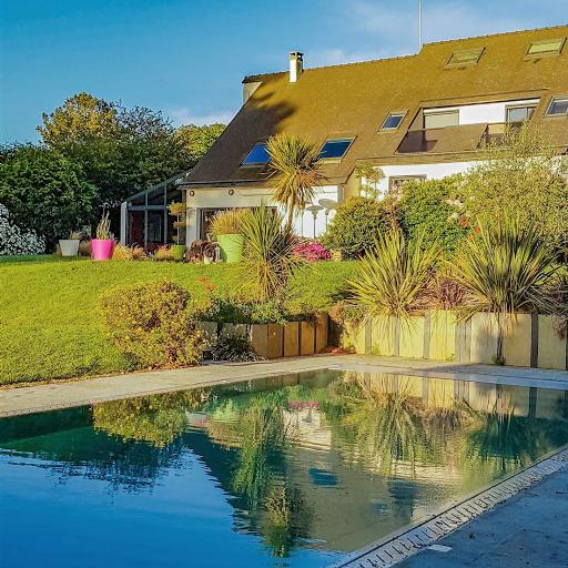 Propriété du Verdon, Vue de la maison au lever du soleil depuis le carré piscine