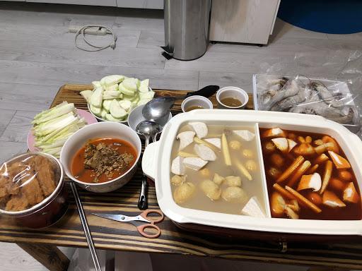 老四川鴛鴦鍋外帶,兩種湯頭各有兩包真空包裝可以吃兩次,麻辣鍋已經有內含些許鍋底的豆腐跟鴨血了,雖然是真空包裝但是依舊好吃,下次會再考慮外帶